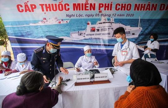 Báo Người Lao Động và Bộ Tư lệnh Cảnh sát biển trao tặng cờ Tổ quốc, quà cho người dân Nghệ An - Ảnh 9.
