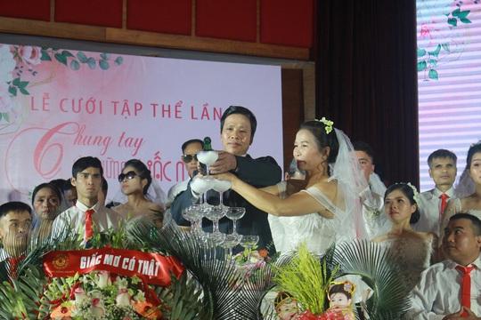 Những hình ảnh xúc động tại lễ cưới tập thể của 46 cặp đôi đặc biệt - Ảnh 10.