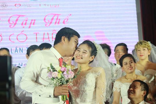 Những hình ảnh xúc động tại lễ cưới tập thể của 46 cặp đôi đặc biệt - Ảnh 3.