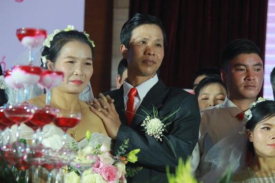 Những hình ảnh xúc động tại lễ cưới tập thể của 46 cặp đôi đặc biệt - Ảnh 11.