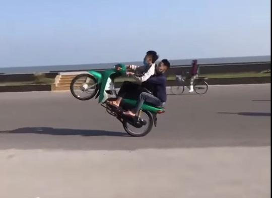 Triệu tập hàng chục thanh niên đi xe máy bốc đầu ở Sầm Sơn - Ảnh 2.