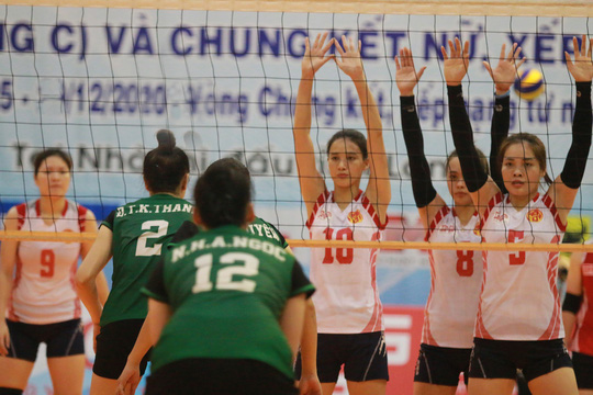 Nóng bỏng sàn đấu bóng chuyền ở Nha Trang - Ảnh 1.