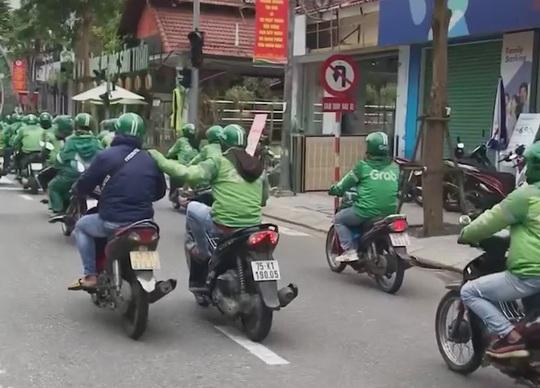 CLIP: Hàng trăm tài xế Grab gây náo loạn đường phố Đà Nẵng - Ảnh 5.