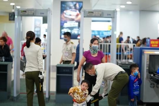 Dòng người đeo khẩu trang tại sân bay Nội Bài - Ảnh 3.