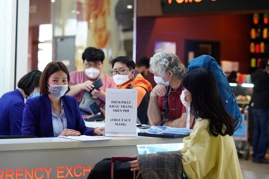 Dòng người đeo khẩu trang tại sân bay Nội Bài - Ảnh 1.