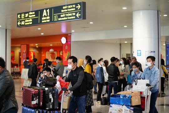 Dòng người đeo khẩu trang tại sân bay Nội Bài - Ảnh 6.