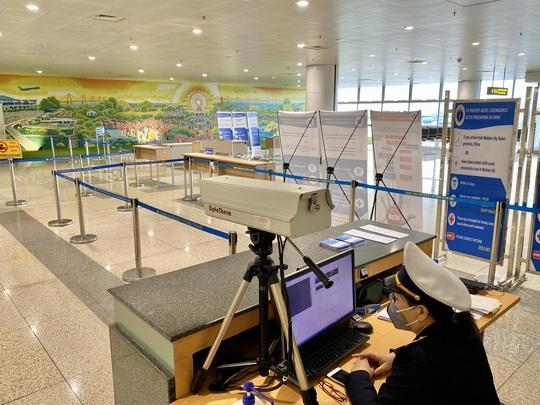 Dòng người đeo khẩu trang tại sân bay Nội Bài - Ảnh 7.
