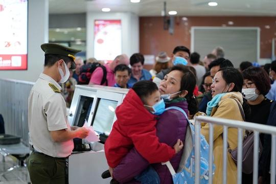 Dòng người đeo khẩu trang tại sân bay Nội Bài - Ảnh 10.