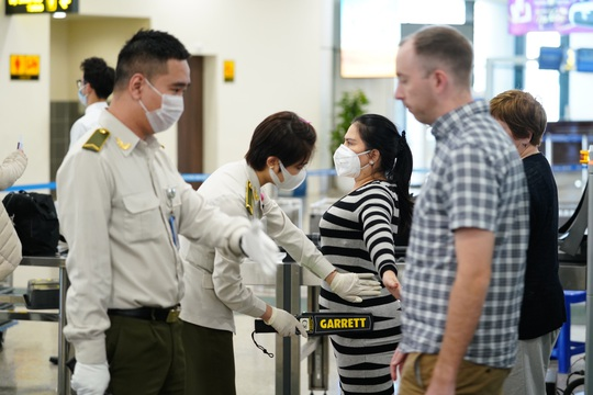 Dòng người đeo khẩu trang tại sân bay Nội Bài - Ảnh 11.
