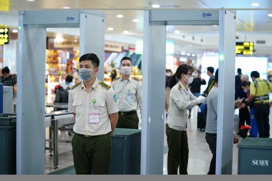 Dòng người đeo khẩu trang tại sân bay Nội Bài - Ảnh 12.
