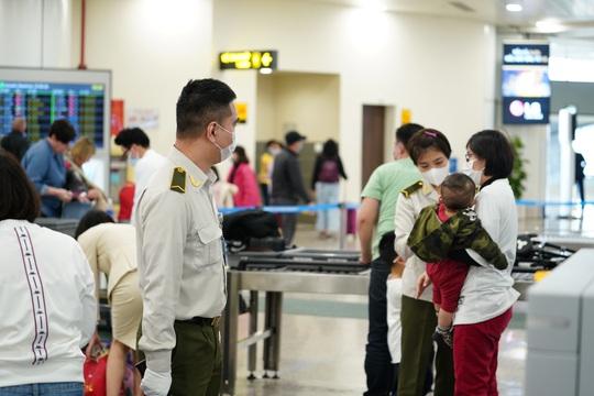 Dòng người đeo khẩu trang tại sân bay Nội Bài - Ảnh 13.
