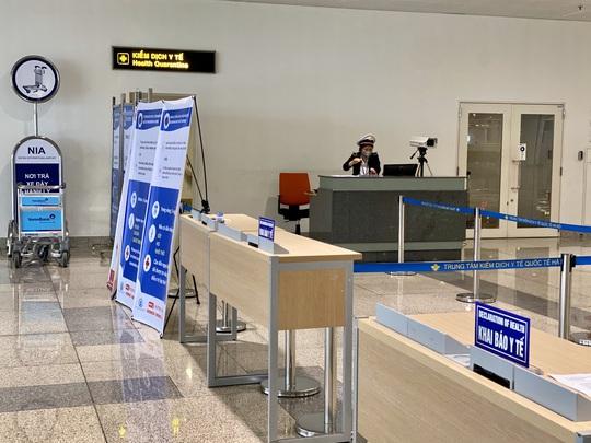 Dòng người đeo khẩu trang tại sân bay Nội Bài - Ảnh 16.