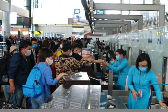 Dòng người đeo khẩu trang tại sân bay Nội Bài - Ảnh 17.