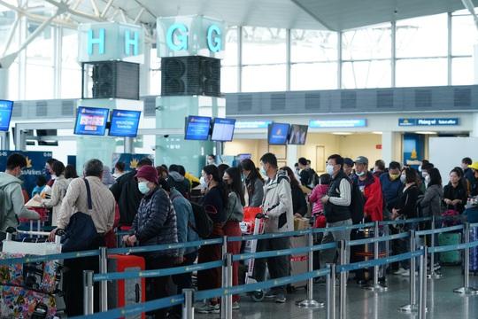 Dòng người đeo khẩu trang tại sân bay Nội Bài - Ảnh 18.