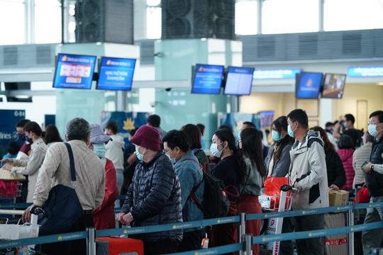 Dòng người đeo khẩu trang tại sân bay Nội Bài - Ảnh 20.