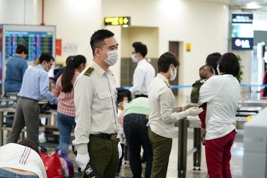 Dòng người đeo khẩu trang tại sân bay Nội Bài - Ảnh 21.