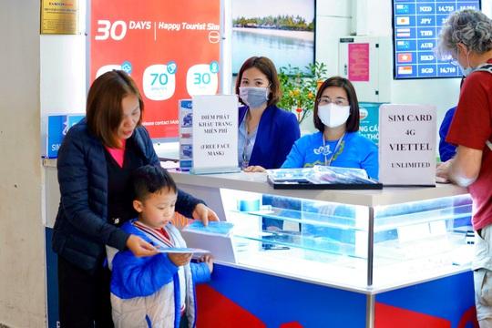 Dòng người đeo khẩu trang tại sân bay Nội Bài - Ảnh 2.