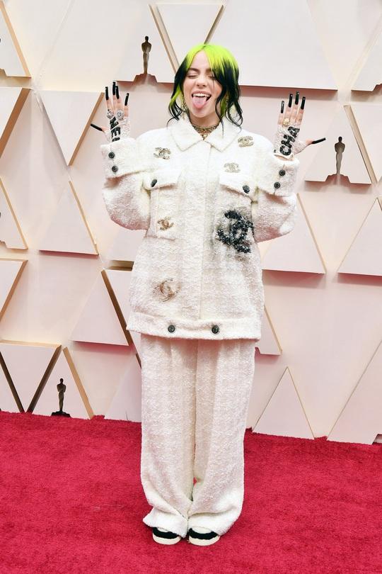 Thảm đỏ Oscar 92: Té ngửa với những mẫu thời trang... quá sức tưởng tượng! - Ảnh 2.