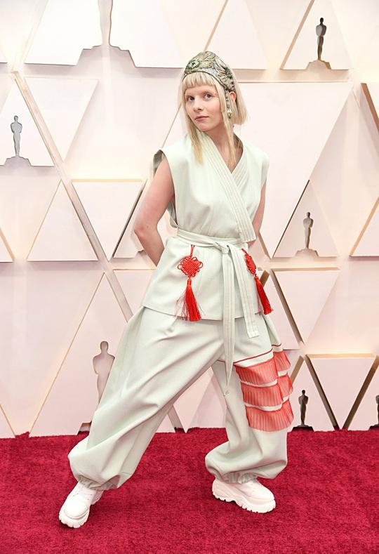 Thảm đỏ Oscar 92: Té ngửa với những mẫu thời trang... quá sức tưởng tượng! - Ảnh 7.