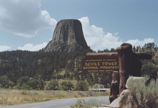 Tháp Quỷ 50 triệu năm tuổi - danh thắng hàng đầu nước Mỹ - Ảnh 1.