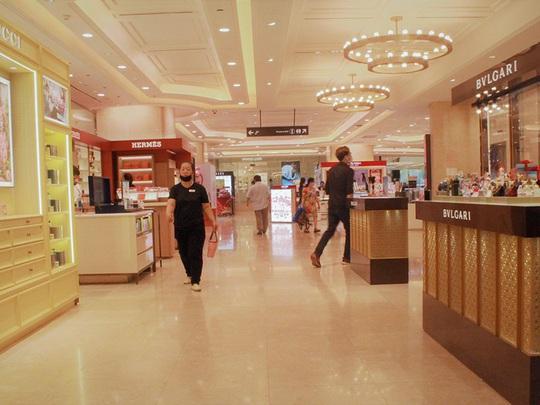 Trung tâm thương mại o bế 'thượng đế' thời dịch Corona - Ảnh 1.
