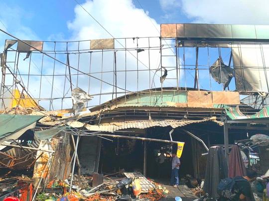 Thót tim cháy chợ ngùn ngụt gần trụ sở ngân hàng trong đêm - Ảnh 2.