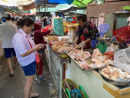 Giá thịt gà, vịt tại chợ, siêu thị cao gấp hai, ba lần ở trại - Ảnh 1.