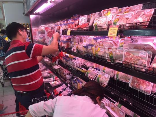 Giá thịt gà, vịt tại chợ, siêu thị cao gấp hai, ba lần ở trại - Ảnh 2.