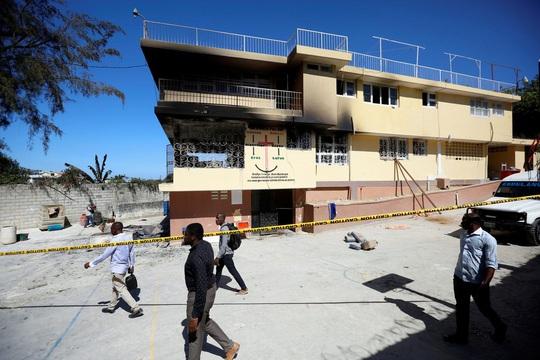 Thiếu điện dùng nến, hại 15 trẻ em chết cháy - Ảnh 1.