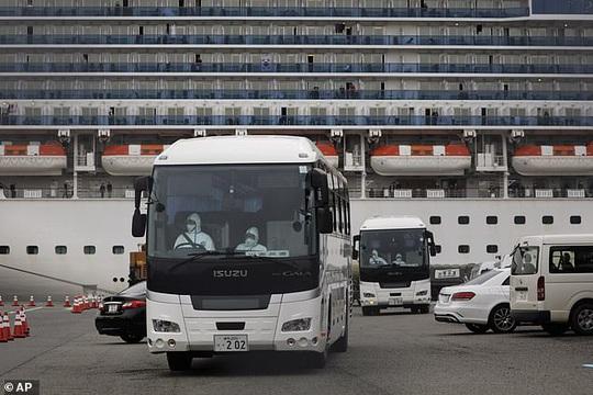 Du thuyền Nhật Bản xác định thêm 70 ca nhiễm Covid-19, Canada và Hồng Kông sơ tán công dân - Ảnh 2.