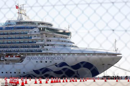 Du thuyền Nhật Bản xác định thêm 70 ca nhiễm Covid-19, Canada và Hồng Kông sơ tán công dân - Ảnh 1.