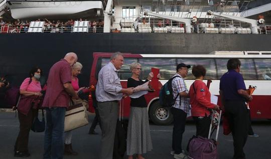 Hàng trăm người rời tàu ở Campuchia, Malaysia xác nhận du khách dương tính lần 2 với Covid-19 - Ảnh 1.