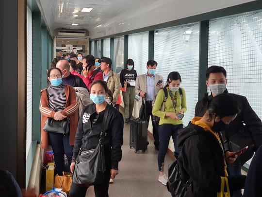 Các sân bay cũng đang khan hiếm khẩu trang y tế, nước rửa tay... - Ảnh 1.