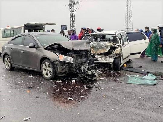 Va chạm với xe ôtô chở 2 nhà sư, 6 người nhập viện - Ảnh 1.