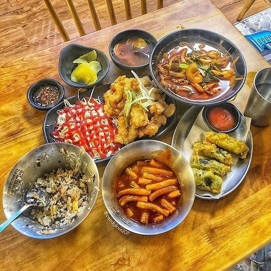 Những khu ẩm thực nước ngoài hút khách tại ngay TP HCM - Ảnh 11.