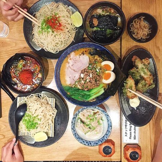Những khu ẩm thực nước ngoài hút khách tại ngay TP HCM - Ảnh 3.