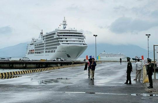 Cảng Chân Mây cùng lúc đón 2 tàu chở 1.300 du khách tham quan Huế - Ảnh 1.