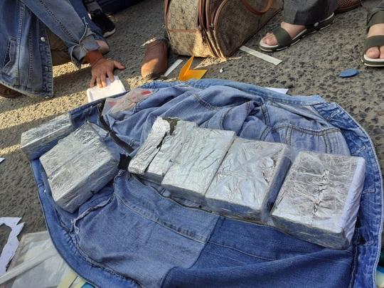 Biên phòng, công an bố ráp, bắt 3 kẻ dùng ôtô vận chuyển 14 bánh heroin - Ảnh 2.