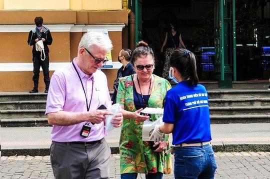 Các điểm phát hàng ngàn khẩu trang miễn phí cho du khách ở TP HCM - Ảnh 2.