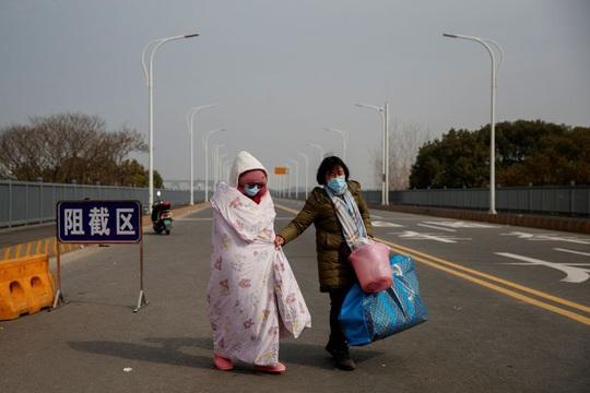 Trung Quốc: Người mẹ nức nở xin ra khỏi vùng phong tỏa để cứu con bị ung thư - Ảnh 6.