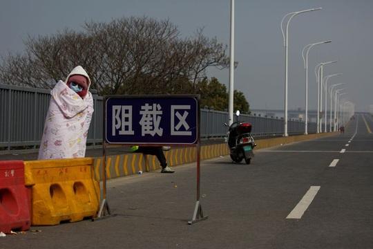 Trung Quốc: Người mẹ nức nở xin ra khỏi vùng phong tỏa để cứu con bị ung thư - Ảnh 4.