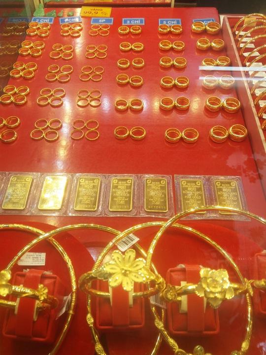 Sát ngày Thần Tài, tiệm vàng tấp nập người mua - Ảnh 3.