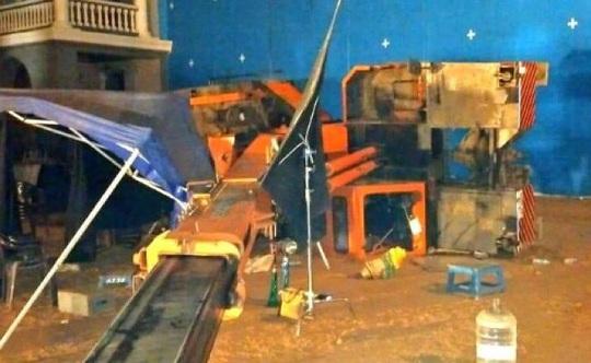 Sập cần cầu, 3 trợ lý đạo diễn ngã chết tại phim trường - Ảnh 1.