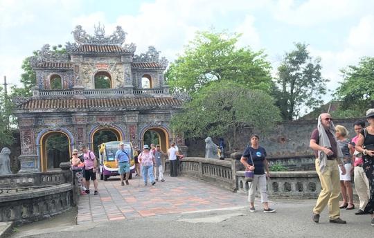 Chủ tịch tỉnh Thừa Thiên - Huế viết thư cam kết đảm bảo an toàn tuyệt đối cho du khách - Ảnh 1.