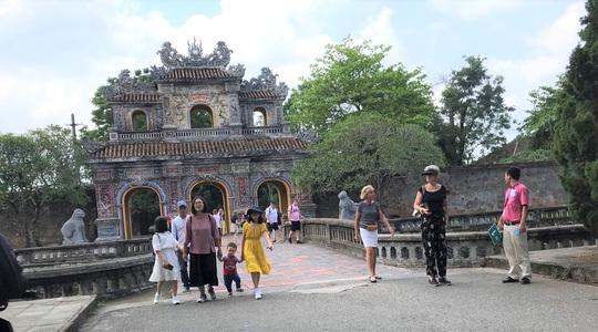 Chủ tịch tỉnh Thừa Thiên - Huế viết thư cam kết đảm bảo an toàn tuyệt đối cho du khách - Ảnh 3.