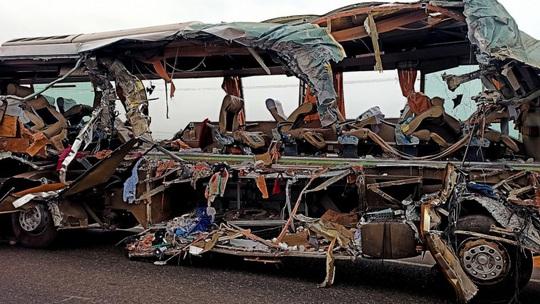 Xe tải lao trực diện vào xe buýt, 19 người thiệt mạng - Ảnh 1.