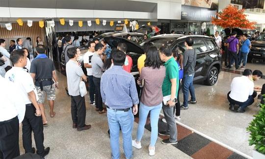 Xe Chevrolet giảm nửa giá, khách hàng đổ xô tới đại lý - Ảnh 1.