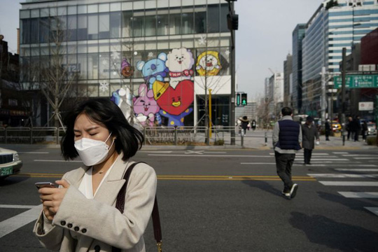 Lây nhiễm tăng cao, người Hàn Quốc theo dõi qua thông tin trực tuyến - Ảnh 1.