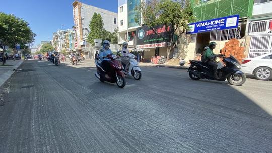 Loạng choạng tay lái đi qua con đường tróc lở giữa trung tâm TP HCM - Ảnh 1.