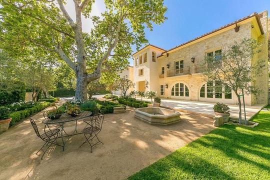 Biệt thự xa xỉ 7 triệu USD mà Hoàng tử Harry và vợ nhắm mua - Ảnh 2.